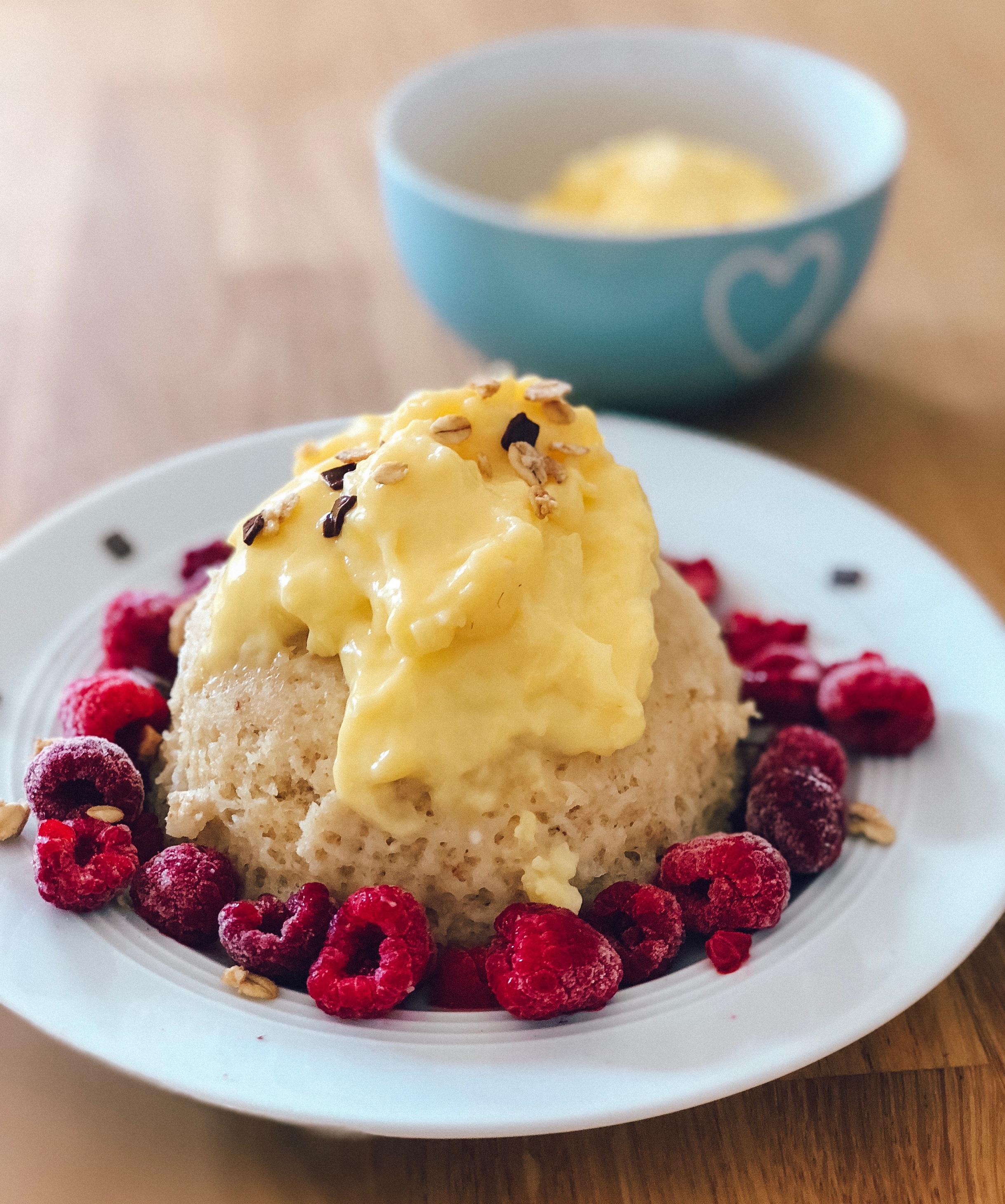 gesunder-mikrowellenkuchen-mit-vanillecreme-der-blitzschnelle-snack